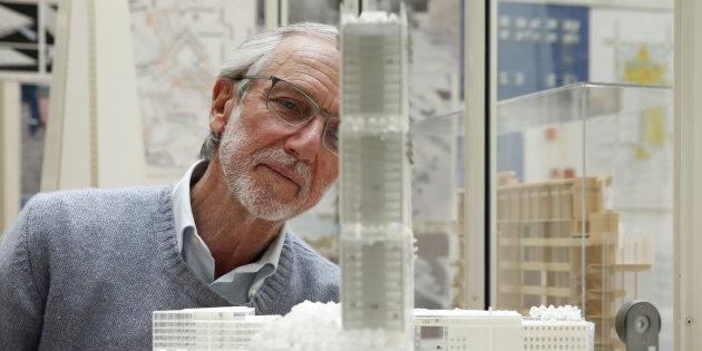 L'architetto Renzo Piano con il modellino di una sua realizzazione.